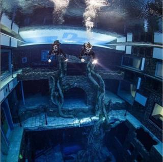 divers-in-deep-pool-in-dubai.