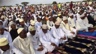 Waisamu wakiswali wakati wa maadhimisho ya sikukuu ya Eid-ul-Fit Nairobi
