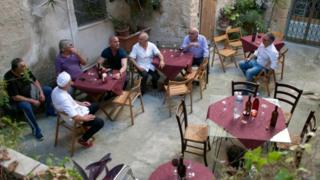 """إيطالي يكتشف """"عالما قديما"""" تحت مطعمه بمحض الصدفة"""