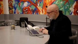 """Брайан Іно в театрі """"Шатле"""" завершує роботу над музичним оформленням інсталяції"""