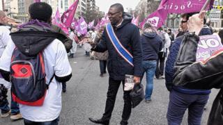 Ambiance manifestation pour la défense des personnels de santé. Lamine Camara, militant du Front de Gauche, soutien à Jean-Luc Mélenchon.