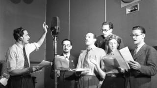Ángel Ara, productor de la histórica primera versión radiofónica de Don Quijote, dirigiendo a colegas en una obra de radioteatro.