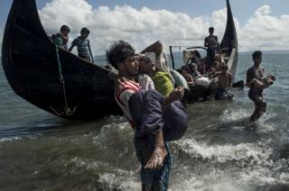 Refugiados llegan por mar a Bangladesh.