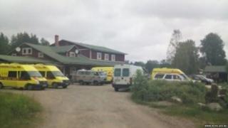 Ambulancias en la costa del lago Syamozero (foto: ministerio ruso de Eemergencia www.mchs.gov.ru)