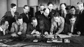 """Члены ЕАК подписывают обращение """"К евреям во всем мире"""" (7 апреля 1942 года)"""