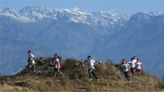 pessoas correm em montanha