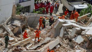 Bombeiros procuram sobreviventes no edifício Andrea