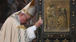 El Papa cerró la puerta santa en la Basílica de San Pedro, en Roma, el domingo 20 de noviembre.
