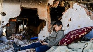 Boy in ruins in Cizre, 8 Mar 16