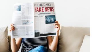 Mulher lê fake news