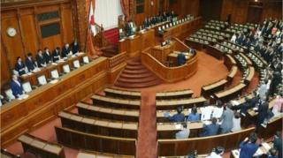 สมาชิกสภาไดเอทของญี่ปุ่นยืนขึ้นเพื่อเป็นการสนับสนุนร่างกฎหมายยับยั้งการสมคบคิดก่อการร้าย