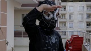 طفل سوري يرتدي زي الرجل العنكبوت.