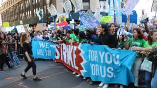 Jóvenes participan de protestas contra el cambio climático en Nueva York.