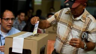 Votante en deja su sufragio en Bogotá