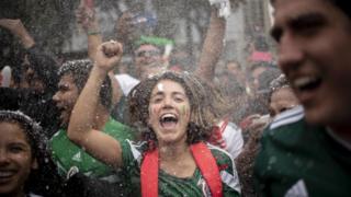 El festejo no se hizo esperar en el monumento de El Ángel de la Independencia, en la capital mexicana.