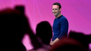 Марку Цукербергу приходится отвечать за вопросы американских законодателей