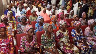 освобожденные нигерийские школьницы на встрече с президентом