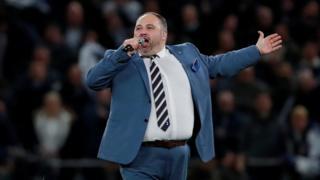 Wynne Evans yn perfformio yn agoriad stadiwm newydd Tottenham Hotspur