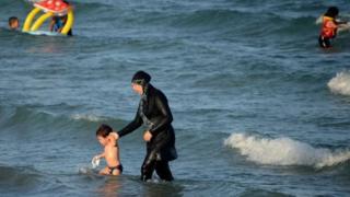 Mulher usa burquini em praia de Nice, onde ocorreu atentado na França