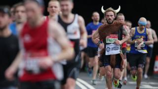 Лондонский марафон-2017: участник бежит в костюме с рогами на голове