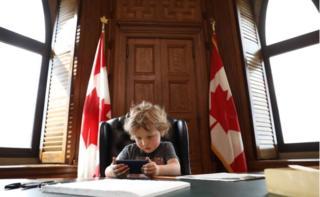 เด็กชายอาเดรียง ทรูโด ที่โต๊ะทำงานของนายกรัฐมนตรีแคนาดา