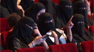 Suudi kadınlar sinema salonunda