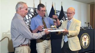 Filhos do sargento Charles McDaniel recebem a placa de identificação militar de seu pai