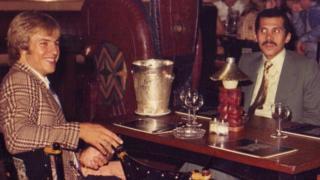 Eamonn O'Keefe, el príncipe Abdulá bin Nasser y una de las esposas del príncipe en el restaurante Barracuda en Londres en 1976