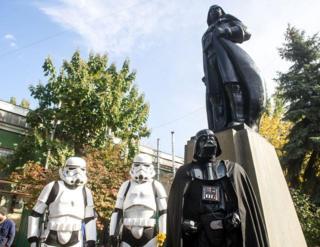 在乌克兰第四大城市敖德萨,一座列宁雕像被改头换面,变成《星球大战》电影中邪恶帝国的领袖黑武士。