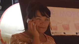 Мобил телефонда сўзлашаётган қиз