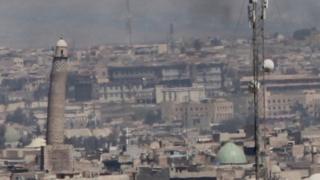 モスル西部の支配権をめぐり、過激派勢力ISとイラク軍が攻防を続けている(26日)