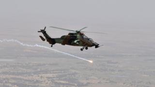 Un hélicoptère des forces françaises de l'opération Barkhane survolant Gao le 19 mai 2017.