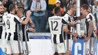 Juventuslu futbolcular ilk golü atan Mandzukic'i kutluyor