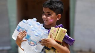 طفل من أبناء سكان غرب الموصل في أول أيام العيد