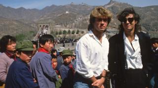 George Michael (izq.) y Andrew Ridgeley visitan la Gran Muralla durante su gira en China, 7 de abril de 1985.