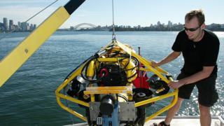 На воду спускают подводный беспилотник