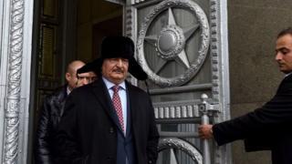 Генерал Халифа Хафтар покидает здание российского МИД