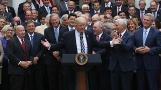 オバマケア改廃法案の下院通過を喜ぶトランプ大統領と政権関係者たち(4日、ホワイトハウス)