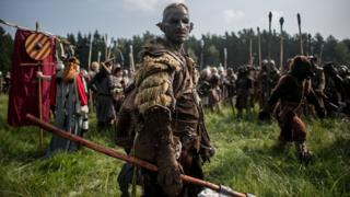 'The Hobbit' Fans re-enact 'Battle of Five Armies'