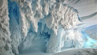 Cueva en Antártica
