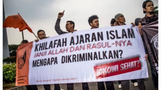 Mahasiswa memprotes pembubaran HTI