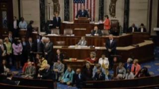 下院の本会議場で座り込み抗議をする民主党議員たち