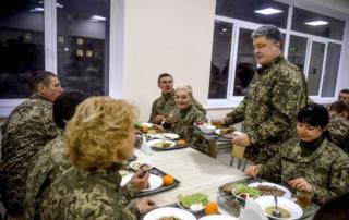 Порошенко відвідує їдальню 142-го навчального тренувального центру ССЩ ЗСУ у м. Бердичів, 6 грудня 2016 року