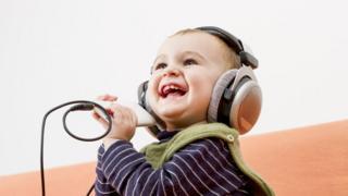 Bebé usando audífonos