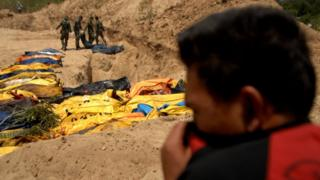 Prajurit TNI mengangkat jenazah korban gempa Palu di TPU Poboya Indah, Palu, Sulawesi Tengah, Selasa (2/10)