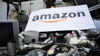 Cartaz da Amazon sobre produtos eletrônicos jogados no lixo
