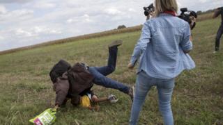 Петра Ласло (справа) поставила подножку пожилому мигранту с ребенком