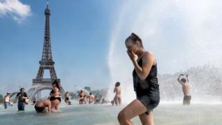 Mulher tomando banho em fonte em Paris