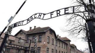 سردر اردوگاه کار اجباری آشویتس