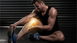 Hombre con dolor en una pierna